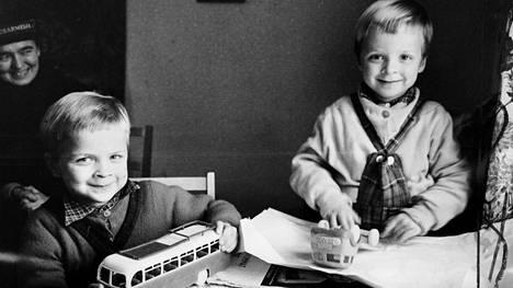 """""""Erkin ja Pentin suut menivät messingille, kun he avasivat slummisisar Erika Mangelsdorfin tuomat lelupaketit"""", HS uutisoi1962. Slummisisar oli englannista käännetty termi sosiaalityötä Pelastusarmeijassa tekeville naisille. Joulupatakeräyksen tarkoituksena oli antaa vähävaraisille perheille ja yksinäisille jouluiloa ruoka- ja lahjapakettien muodossa."""