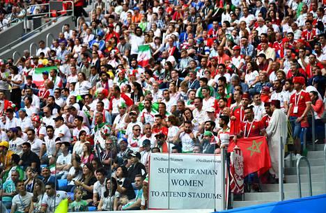 Katsojat puolustivat iranilaisten naisten päästämistä jalkapallo-otteluihin MM-turnauksen alkulohko-ottelussa Marokko–Iran Pietarissa kesäkuussa 2018.