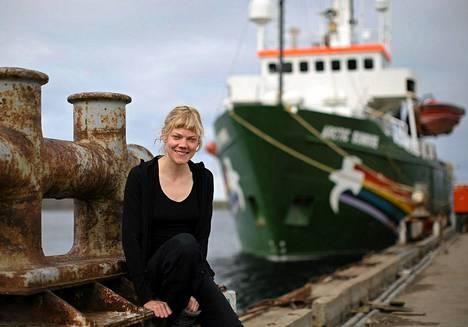 Sini Saarela osallistui viime viikolla Greenpeacen iskuun, jossa aktivistit kiipesivät Gazpromin öljynporauslautalle. Saarela on parhaillaan pidätettynä Murmanskissa. Hänellä ei ulkoministeriön mukaan ole hätää