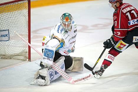 HIFK:n Markus Granlund teki maalin Pelicansin Antti Niemen selän taakse jääkiekon SM-liigan ottelussa HIFK-Pelicans.