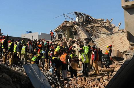 Pelastustyöntekijät jatkavat uhrien etsimistä romahtaneen tehtaan raunioista Lahoressa.