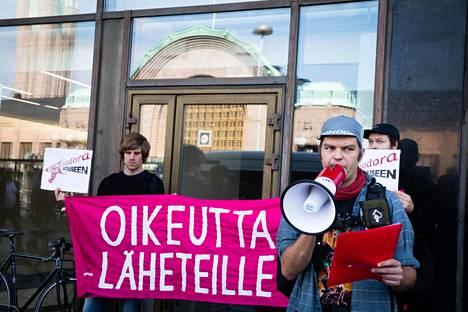 Tuomas Tammisto puhui viime vuonna mielenosoituksessa, jossa vaadittiin oikeutta Foodoran läheteille.