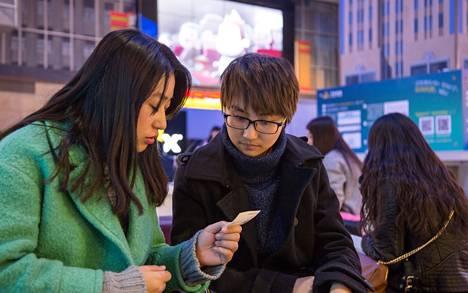 Ystävykset Xu Zheng ja Qai Qian tulivat pekingiläiseen Wanda-teatteriin katsomaan Tuhkimosta kertovaa Hollywood-elokuvaa.