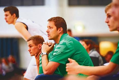 Päävalmentaja Antti Koskelainen (vas.) ja valmentaja Hannö Möttölä seurasivat levollisina joukkueensa edesottamuksia kotiturnauksessa Mäkelänrinteen urheilulukiossa.