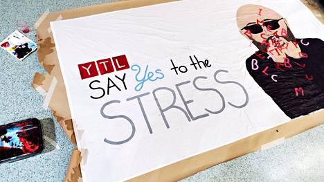 """Lukiopaineet näkyivät myös abirekkojen lakanoissa: """"Sano kyllä stressille."""""""