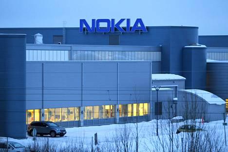 Nokian Salon-tehtaat. Yhtiön työntekijöiden määrä Suomessa on vähentynyt runsaasti.