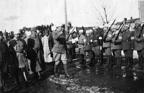 Mannerheim ottaa vastaan paraatin Rautatienkadulla Tampereella 7. huhtikuuta 1918.