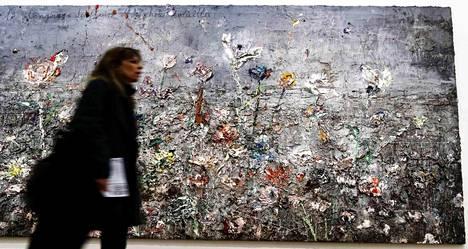 Nainen käveli Anselm Kieferin maalauksen ohi Pariisissa tiistaina.