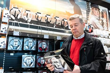 Aalto-yliopiston akustiikan professori Vesa Välimäki lähti HS:n kanssa kiertämään kuulokekauppoja.