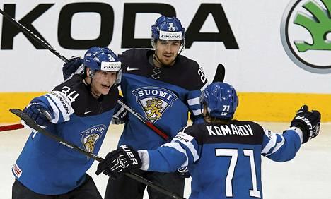 Olli Palola (vas) juhli maaliaan Pekka Jormakan ja Leo Komarovin kanssa.