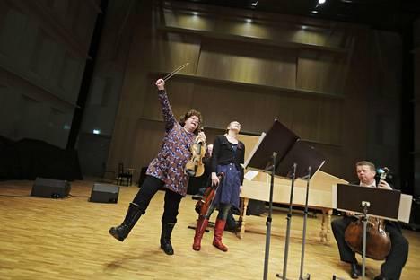 Kreeta-Maria Kentala (vas.) kokosi Proms-festivaalia varten konsertin, jossa kuullaan erityisesti kaustislaista kansanmusiikkia. Kuva vuodelta 2013, jolloin Kentala harjoitteli Pietarsaaressa yhdessä Baroque Ostrobotniaan kuuluvien Siiri Virkkalan ja Lauri Pulakan kanssa.