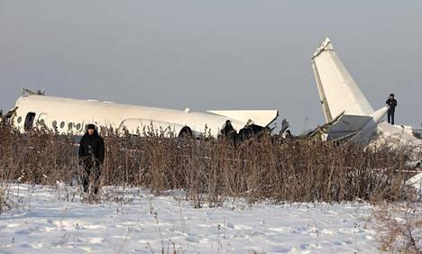Pelastus- ja turvallisuusviranomaisia Almatyn lähettyvillä Kazakstanissa 27. joulukuuta pudonneen matkustajakoneen luona.