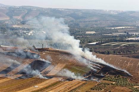 Lähellä Israelin rajaa sijaitsevasta libanonilaiskylästä nousee savua Israelin tekemien iskujen jälkeen.