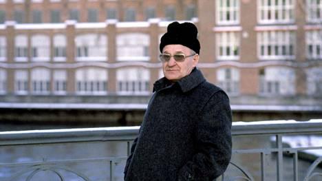 Kirjailija Väinö Linna kuvattuna Tampereella joulukuussa 1982.
