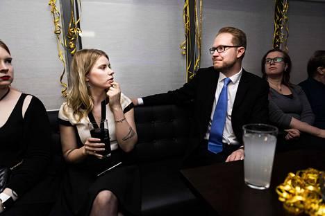 Perussuomalaiset Nelli Kamunen, Jenna Simula, Olli Immonen ja Elina Kokkoniemi odottivat vaalitulosta Oulun Keilahallilla.