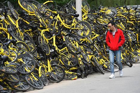 Pekingissä kaupunkipyörät kasaantuvat katujen varsille.