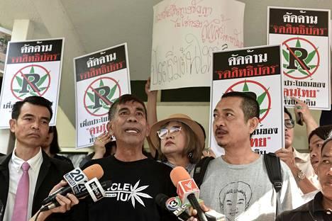 Kannabiksen lääkekäytön laillistamisen kannattajat osoittivat mieltä Bangkokissa marraskuun lopulla.