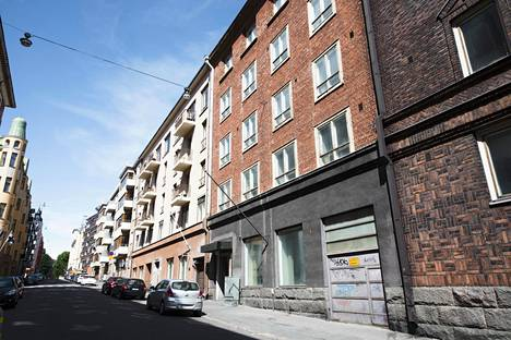 Ullanlinnassa Neitsytpolulla sijaitsevan punatiilisen kerrostalon uusi omistaja aikoo remontoida rakennuksen.
