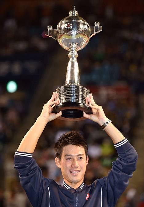 Japanin Kei Nishikorin vahva pelivire jatkui tenniksen ATP-turnauksessa Tokiossa. Nishikori kukisti loppuottelussa Kanadan Milos Raonicin kolmessa erässä.