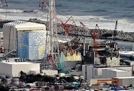 Maanjäristyksessä vaurioituneen Fukushima Daiichin ydinvoimalan reaktorirakennukset viime sunnuntaina.