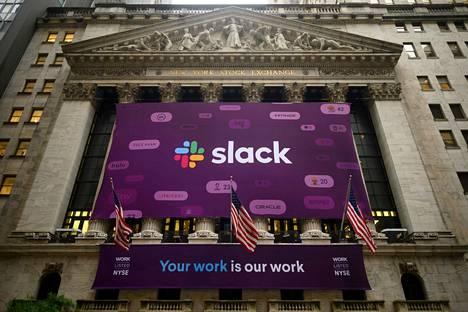 Slack Technologies -yhtiön logo New York Stock Exchangen seinässä yhtiön listauduttua pörssiin kesäkuussa 2019.