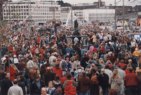 Suomen ensimmäinen jääkiekon maailmanmestaruus keräsi Helsingin Kauppatorille valtaisan yleisömäärän toukokuussa 1995.