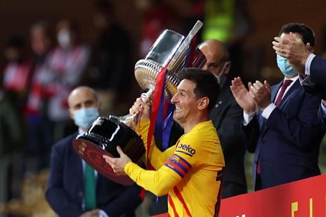 Lionel Messi ja Espanjan cupin voittopokaali.