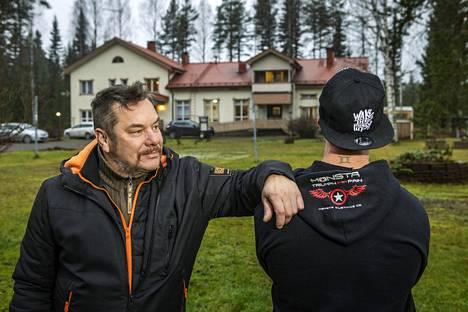 Kokemusasiantuntija Markku Vainio Koutakodin pihalla, vieressä yksi sen asukkaista.
