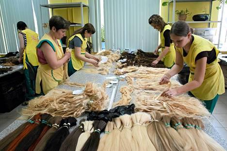 Naiset työskentelivät Aleksei Kuznetsovin Belli Capelli -hiustehtaassa toukokuussa.