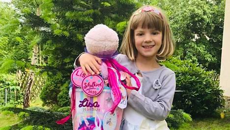 Viisivuotiaan Lisa Badstübnerin reppu ja karkkituutti hankittiin jo hyvissä ajoin ennen koulunalkua.