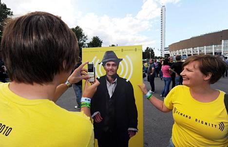 Ihmisoikeusjärjestö Amnesty kampanjoi romaneihin kohdistuvaa syrjintää vastaan ennen U2-yhtyeen konserttia Helsingissä elokuussa 2010.