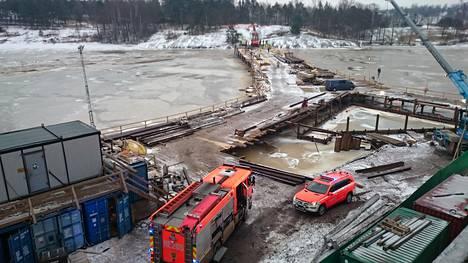 Siltatyömaan paalutuskone putosi mereen Helsingissä torstaina aamupäivällä.