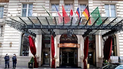 Poliisit vartioivat Wienissä hotellia, jossa tiistaina alkoivat Iranin ja Yhdysvaltojen neuvottelut ydinsopimuksesta.LKS 20210406 JKL; Austrian police officers stand guard near the entrance of the Grand Hotel in Vienna on April 6, 2021, where diplomats of the EU, China, Russia and Iran will hold talks. LEHTIKUVA / AFP / JOE KLAMAR AUSTRIA - EU - CHINA - IRAN - DIPLOMACY - NUCLEAR
