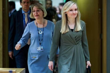 Suomen sisäministeri Maria Ohisalo (oik.) saapui EU:n sisäministerien kokoukseen Brysselissä keskiviikkona yhdessä EU-lähettiläs Marja Rislakin kanssa.
