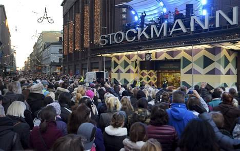Jari Sillanpää lauloi joululauluja tavaratalo Stockmannin ulko-oven katoksella joulukuussa 2015.