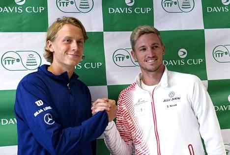 Emil Ruusuvuori (vas.) ja Dennis Novak kohtaavat Davis Cupissa Espoon Metro-areenassa perjantaina.