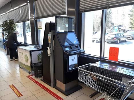 Veikkauksen rahapelejä Korson Lidl-myymälässä Vantaalla 15. huhtikuuta 2021.