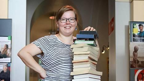 Helsinkiläinen kirjastonhoitaja Riikka Utriainen keksii suosittuja lukuhaasteita. Pääkaupunkiseudun Helmet-kirjastojen lukuhaasteeseen on tarttunut jo noin 7800 lukijaa.