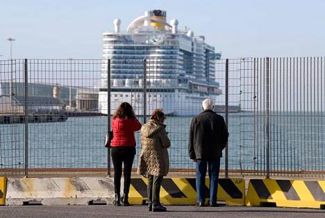 Costa Smeralda -risteilijän matkustajat joutuivat pysymään laivassa Civitavecchian satamassa Italiassa torstaina .
