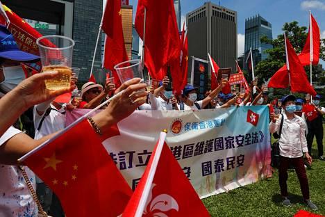 Kiinan tukijat juhlivat Hongkongissa sen jälkeen, kun Kiina hyväksyi uuden turvallisuuslain.