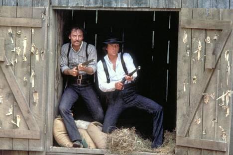 Lainsuojattomat-elokuvassa Jamesin veljeksiä Frankia ja Jesseä esittävät tosielämänkin veljekset Stacy (vas.) ja James Keach.