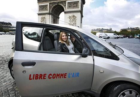 Daphne Darracq ja Gaetan Legrenzi esittelivät vuokraamaansa Autolib-autoa HS:lle Pariisin Riemukaaren edesssä vuonna 2013.