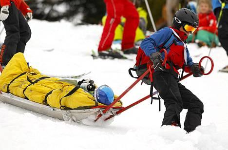 Tanja Poutiaista kuljetettiin hoitoon lauantaina alppihiihdon maailmancupin suurpujottelun avauskierroksella sattuneen loukkaantumisen vuoksi.