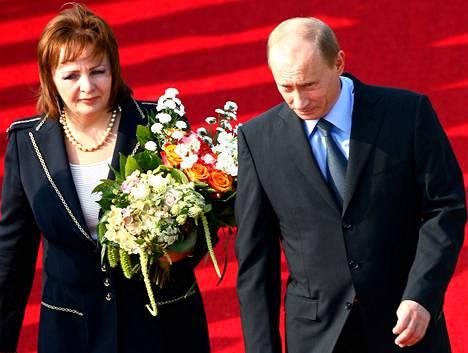 Venäjän Vladimir Putin ja vaimonsa Ljudmila Rostock-Laagen lentokentällä Saksassa kesäkuussa 2007.