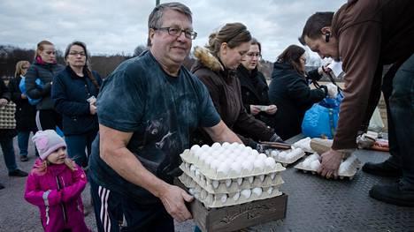 Espoolainen Raimo Ruohola noutaa munien jakoautosta neljä lavallista kananmunia, jotka hän on etukäteen tilannut. Ruohola haluaa rahojensa menevän suoraan tuottajalle. Petro Väyrynen antaa munat autosta. Eggspress-munataksi kuljettaa asiakkaiden tilaamia munia ympäri Suomea.
