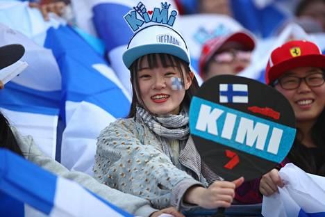 Kimi Räikkösen kiinalaiset fanit olivat näkyvästi esillä Shanghai osakilpailussa.