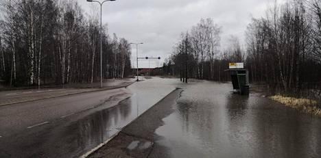 Tiet peittyivät veteen Espoon Koivu-Mankkaalla maanantaina.