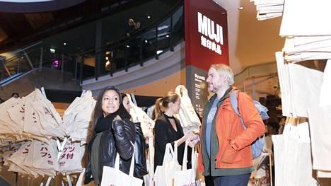 Muji-ketjun myymälän avautuessa Kampin keskuksessa ensimmäisille asiakkaille jaettiin kasseja. Kassissa lukee japaniksi kannellinen ämpäri.