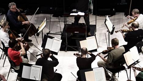 Santtu-Matias Rouvali johtamassa Sibelius-Akatemian sinfoniaorkesteria 2011.