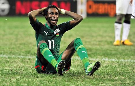 Burkina Fason Jonathan Pitroipa hämmästyi, kun erotuomari nosti hänelle punaisen kortin välierässä Ghanaa vastaan.